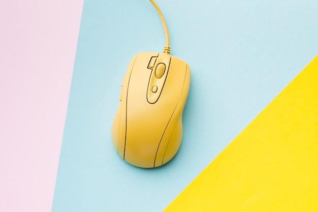 Желтая компьютерная мышь, вид сверху Premium Фотографии