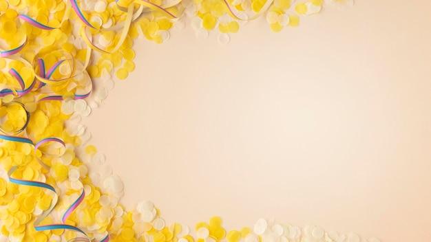 노란 색종이와 리본 공간 복사 무료 사진