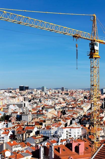 Желтый кран на строительной площадке в лиссабоне Бесплатные Фотографии