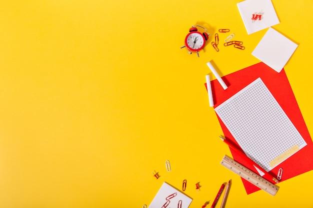 노란색 Dchool 책상은 창의적으로 누워있는 아름다운 문구로 가득합니다. 무료 사진