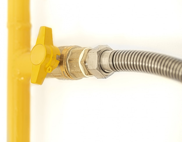 Желтая газовая труба с вентилем. Бесплатные Фотографии