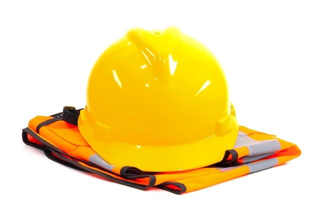 Желтый шлем и оранжевая рубашка промышленности на белом фоне Premium Фотографии
