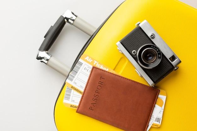 카메라와 여권이있는 노란색 수하물 무료 사진