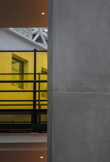 黄色の金属フレームのガラス窓 無料写真