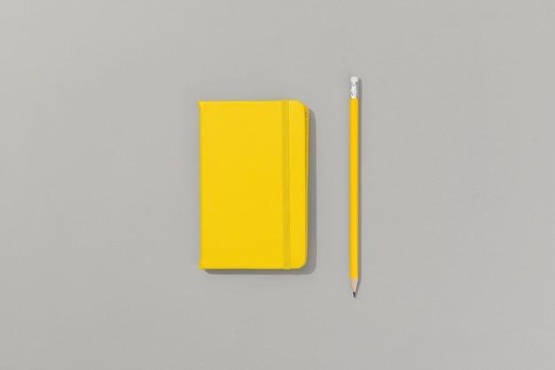 회색에 연필로 노란색 메모장 프리미엄 사진