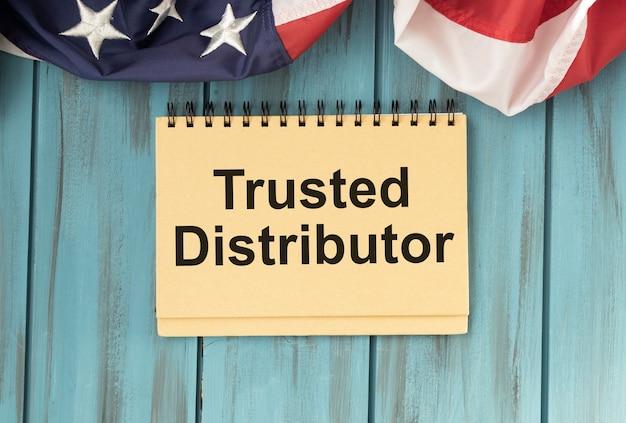 빨간색 마커가있는 흰색에 텍스트 Trusted Distributor가있는 노란색 종이 프리미엄 사진