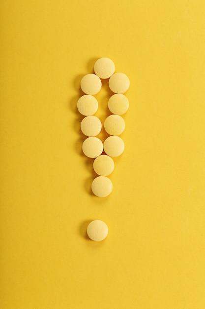 Желтые таблетки на желтой поверхности Бесплатные Фотографии