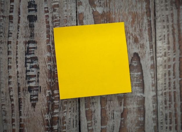 벽에 붙어있는 노란 포스트잇 무료 사진