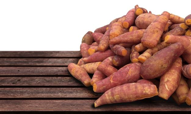 Вегетарианские блюда из желтого картофеля подают на деревянном столе в концепции сырой еды (включая обтравочный контур) Premium Фотографии