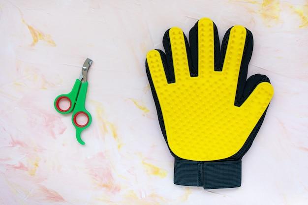 Желтая силиконовая перчатка и кусачки для кошек и собак Premium Фотографии
