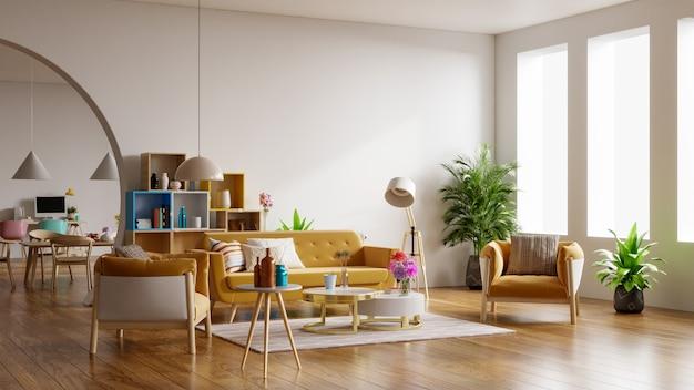 Желтый диван и желтое кресло в просторной гостиной с растениями и полками возле деревянного стола. Premium Фотографии