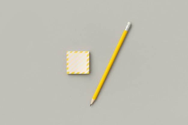 회색에 연필로 노란색 스티커 프리미엄 사진