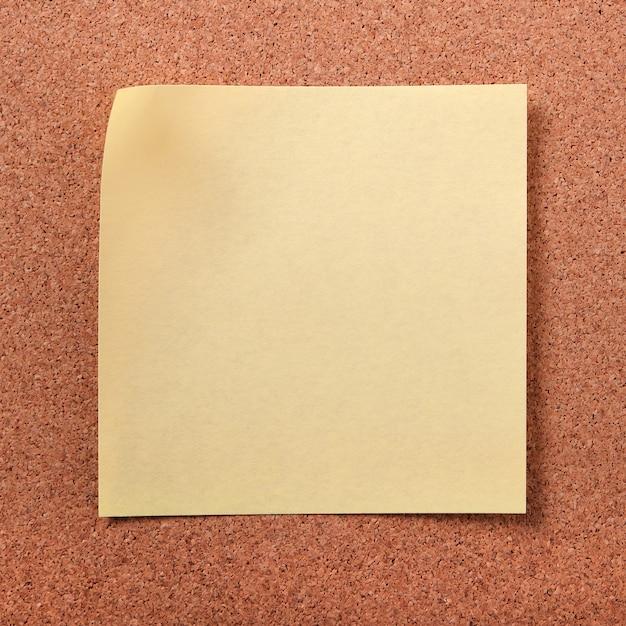 Nota appiccicosa gialla della posta sul bordo del sughero Foto Gratuite