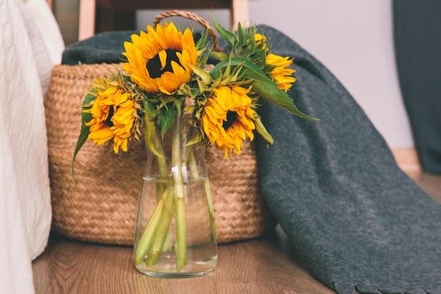 部屋の床に花瓶の黄色いひまわり Premium写真