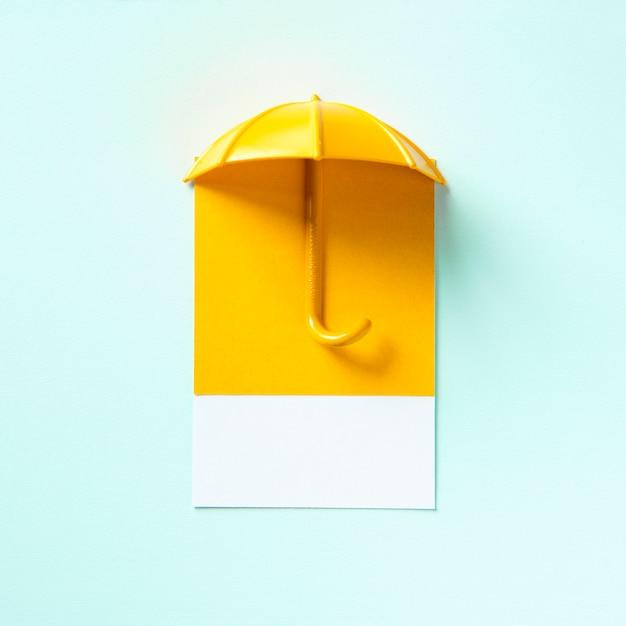 Желтый зонт отбрасывает тень Бесплатные Фотографии