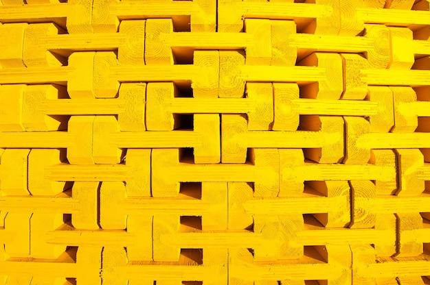 Желтый деревянный каркас в поддоне для монолитного строительства Premium Фотографии