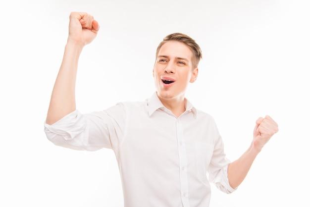 Да! красивый молодой бизнесмен кричит и показывает кулаки Premium Фотографии