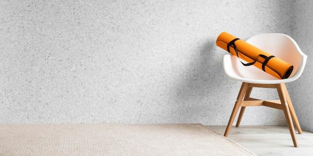 Коврик для йоги на стуле в помещении Premium Фотографии