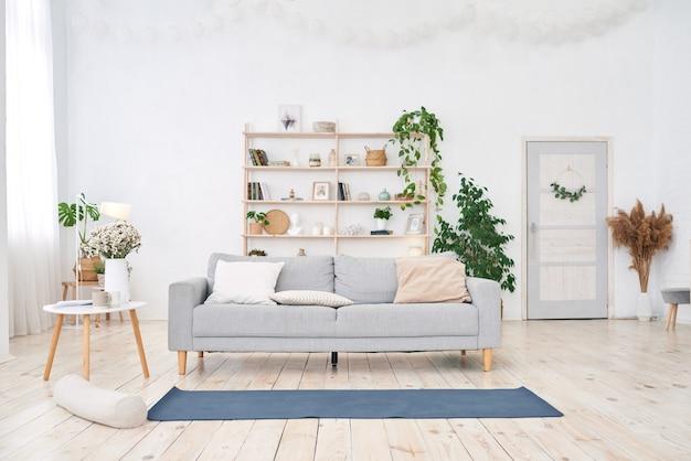 현대적인 흰색 평면에 큰 빛 창이있는 요가 룸. 프리미엄 사진
