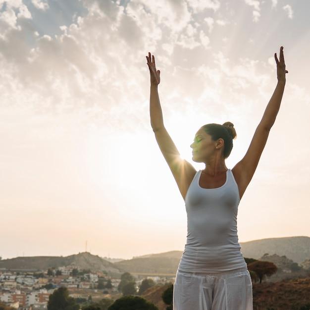 Sessione di yoga con il tramonto Foto Gratuite