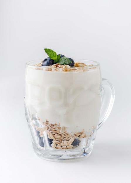Йогуртовый десерт с овсянкой, черникой, малиной и мятой Premium Фотографии