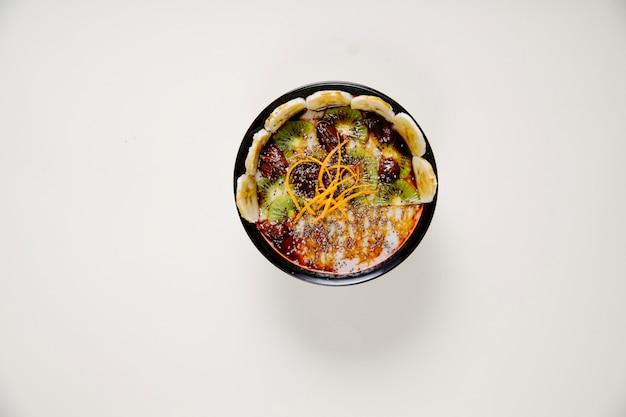チェリーキウイとバナナのスライスのヨーグルトサラダ。 無料写真