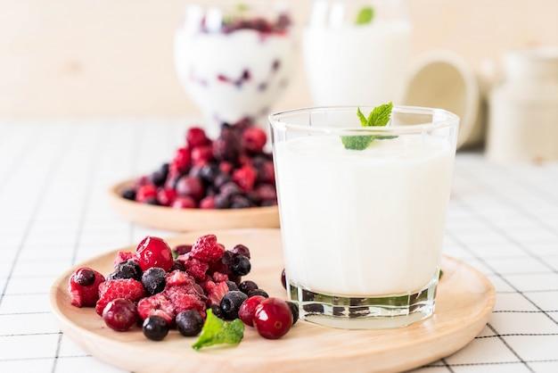 Yogurt with mixed berries Free Photo