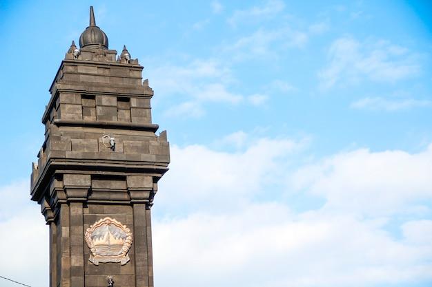Джокьякарта, ява / индонезия: башня у входа на улицы джокьякарты Premium Фотографии