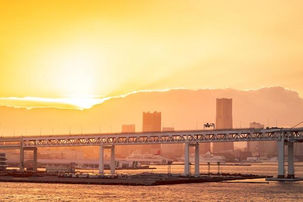 Мост йохокама закрыт выстрелом под мостом на реке, для современной архитектуры и промышленного висячего моста на закате Premium Фотографии