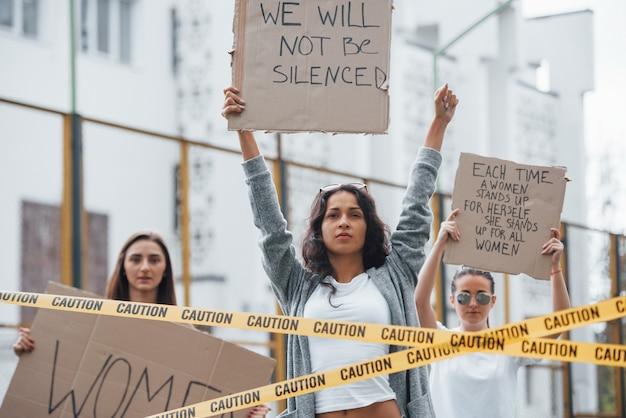 Вы не можете заставить нас замолчать. группа женщин-феминисток протестует за свои права на открытом воздухе Бесплатные Фотографии