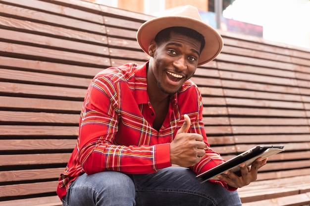Молодой человек в красной рубашке недурно Premium Фотографии