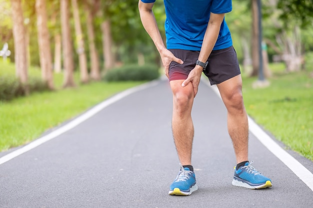 Runner experiencing a knee injury in north vancouver