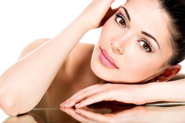 Giovane donna adulta con bel viso - isolato su bianco. concetto di cura della pelle. Foto Gratuite
