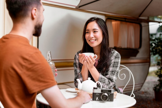 Giovani coppie avventurose con una tazza di tè all'aperto Foto Gratuite