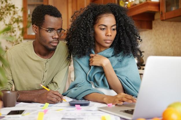 Giovane famiglia afro-americana che fa insieme lavoro di ufficio Foto Gratuite