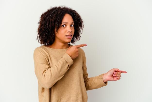 고립 된 젊은 아프리카 계 미국인 혼혈 여자 복사본 공간을 검지 손가락으로 가리키는 충격. 프리미엄 사진