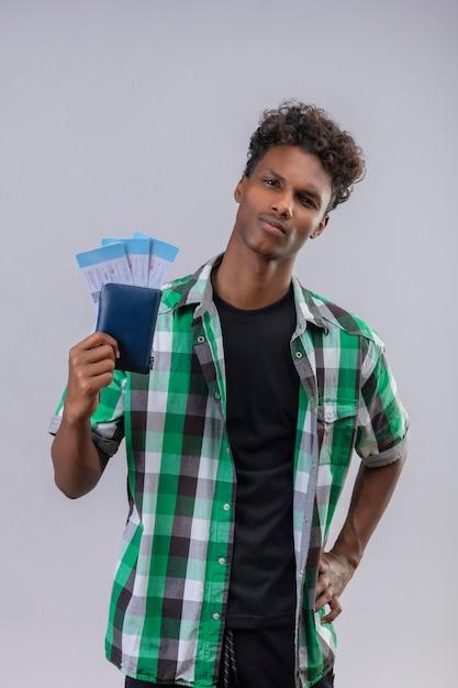자신감, 긍정적이고 행복, 만족 미소 항공 티켓을 들고 젊은 아프리카 계 미국인 여행자 남자 무료 사진