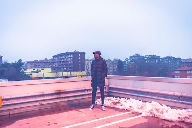 Молодой африканский человек на открытом воздухе позирует Premium Фотографии
