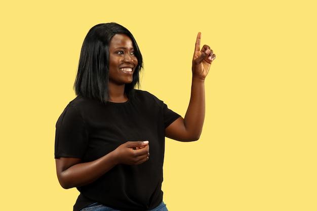 Молодая африканская женщина изолирована, выражение лица Бесплатные Фотографии