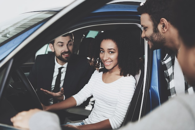 Young afro family buys car for mum at dealership Premium Photo