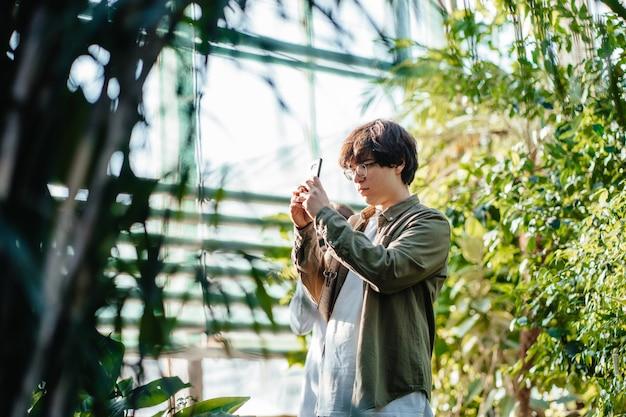 Молодой сельскохозяйственный инженер, работающий в теплице Бесплатные Фотографии
