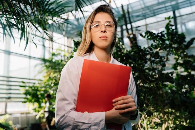 温室で働く若い農業エンジニア 無料写真
