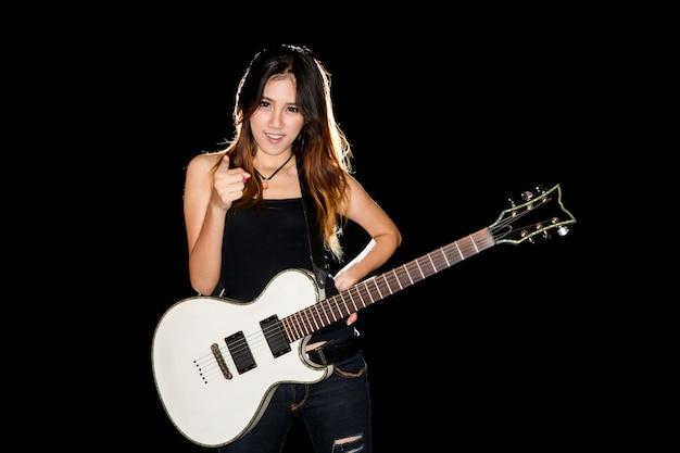 Молодая и красивая рок-девушка играет на электрогитаре Premium Фотографии