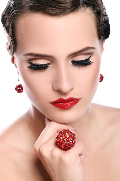 빨간 보석으로 젊고 아름 다운 여자 무료 사진