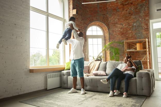 隔離中の若くて陽気な家族、家で一緒に過ごす断熱。 無料写真