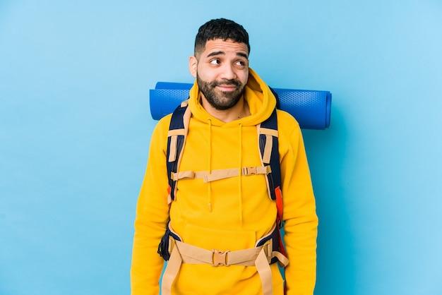 アラビア語の旅行者のバックパッカー男分離目標と目的を達成することを夢見て Premium写真