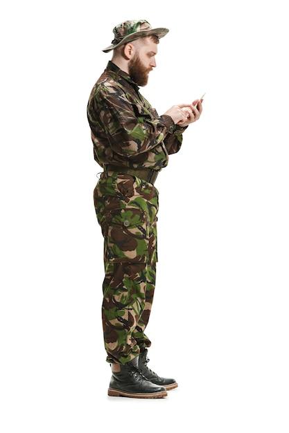 白で隔離迷彩服を着ている若い陸軍兵士 無料写真