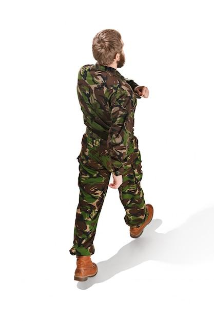 Молодой солдат в камуфляжной форме на белом Бесплатные Фотографии