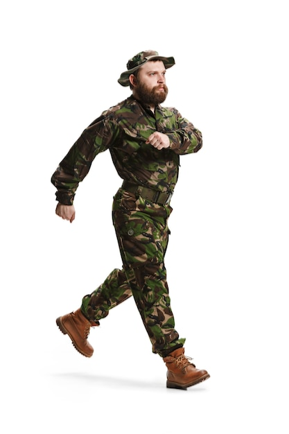Giovane soldato dell'esercito che indossa l'uniforme del camuffamento isolata su bianco Foto Gratuite