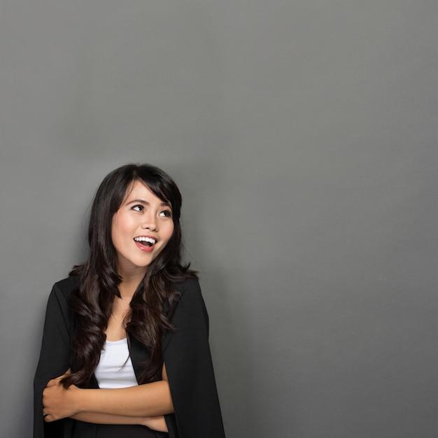 Молодая азиатская коммерсантка smile Premium Фотографии